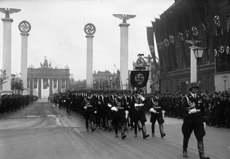 Bundesarchiv_Bild_102-00089,_Berlin,_Parade_zum_50._Geburtstag_Hitlers